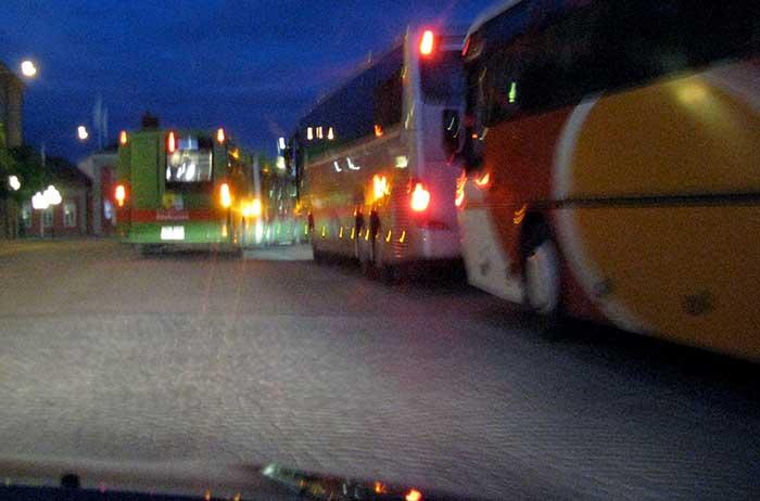 Busshållplats på kvällen.